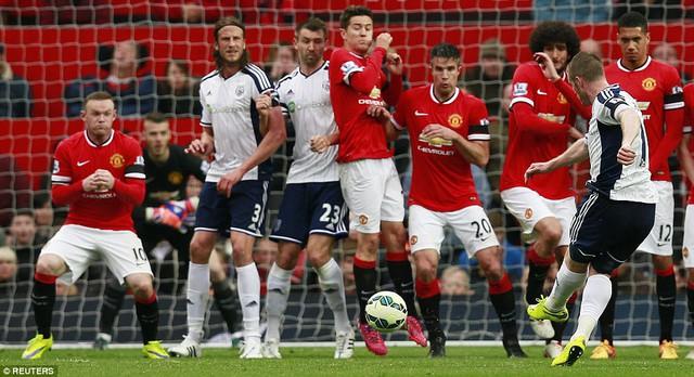Chris Brunt sút phạt đưa bóng chạm đồng đội Jonas Olsson (thứ 2 bên trái) và làm thủng lưới De Gea