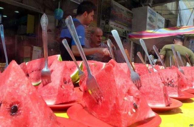 Quầy bán dưa hấu cạnh đường phố trong một ngày nắng nóng ở Baghdad, Iraq.