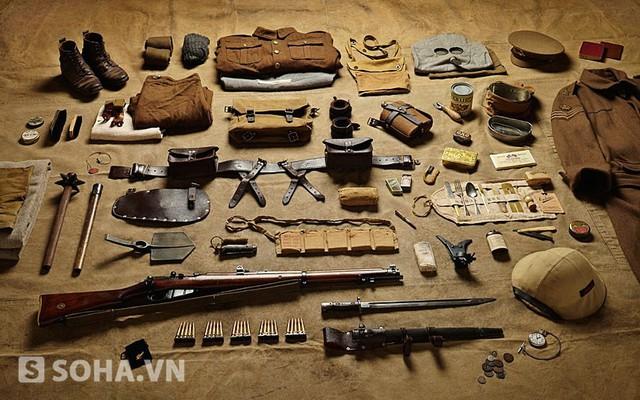Trang bị của một binh sĩ Anh trong trận Somme hồi Chiến tranh thế giới năm 1916. Thế chiến I là cuộc chiến tranh hiện đại đầu tiên, nhưng hình thái còn đơn giản. Các trang bị trong hình vẫn khá giống các vũ khí thời Trung cổ (Middle Ages).