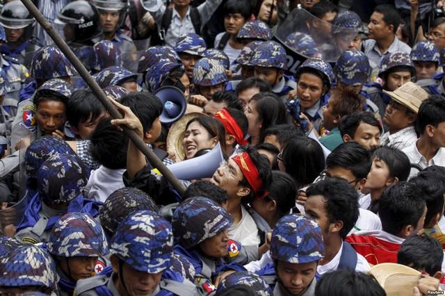 Người biểu tình xô xát với cảnh sát trước tòa nhà quốc hội ở thủ đô Yangon. Myanmar.