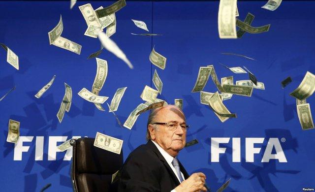 Diễn viên kịch Simon Brodkin làm loạn, ném tiền vào chủ tịch Sepp Blatter trong cuộc họp báo của FIFA tại trụ sở ở Zurich, Thụy Sỹ.