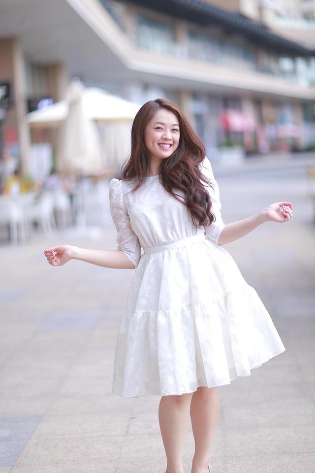 Tại Vietnam Idol 2015, hot girl 19 tuổi Khánh Tiên gây ấn tượng với khán giả bởi ngoại hình xinh đẹp cùng giọng hát trong trẻo, ngọt ngào.