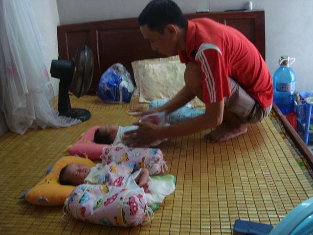 Niềm vui của anh Dũng khi được chăm sóc 2 con (Ảnh: Hoàng Anh)