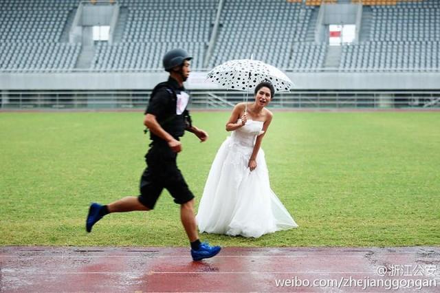 Theo truyền thông Trung Quốc, cuộc thi nhằm phô diễn các kỹ năng của đội cảnh sát đặc nhiệm (SWAT) ở Lishui, tỉnh Chiết Giang, miền Đông Trung Quốc diễn ra đúng vào ngày cưới của cô dâu Li Suxia và chú rể Chen Lingbing - một thành viên đội SWAT.
