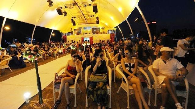 Hoạt động mai mối dành cho giới nhà giàu, diễn ra trên một con tàu du lịch sa hoa tại bãi sông Cảng Giang ở Vũ Hán hồi năm 2011.