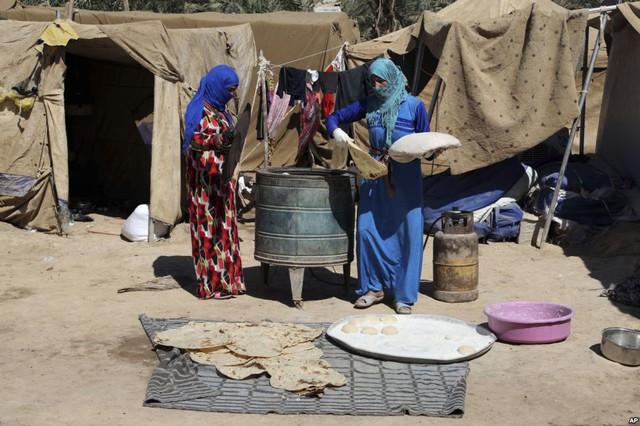 Những phụ nữ Iraq nướng bánh mì tại trại tị nạn al-Takia ở thành phố Baghdad.