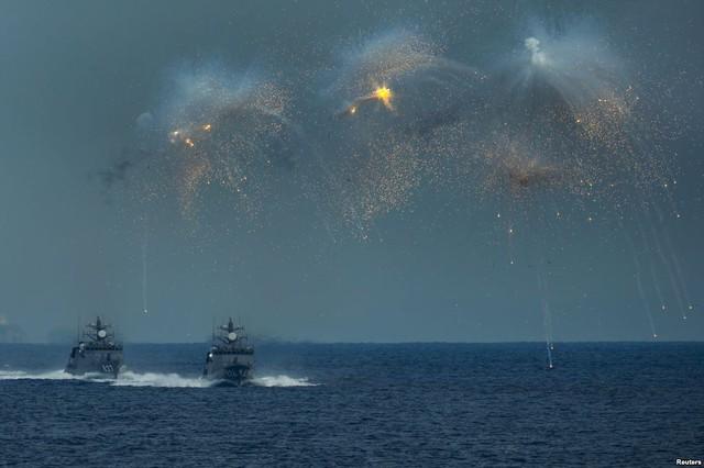Tàu chiến của Lực lượng phòng vệ Nhật Bản phóng pháo sáng trong một cuộc diễn tập ngoài khơi Sagami, tỉnh Yokosuka.