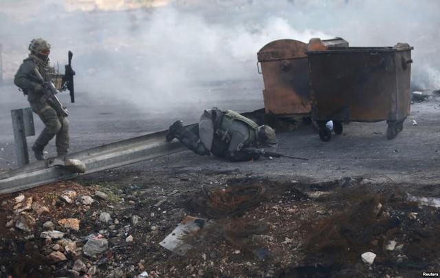 Một binh sĩ Israel bị ngã trong cuộc đụng độ với người biểu tình Palestine tại khu định cư của người Do Thái ỏ Bet El, Bờ Tây.