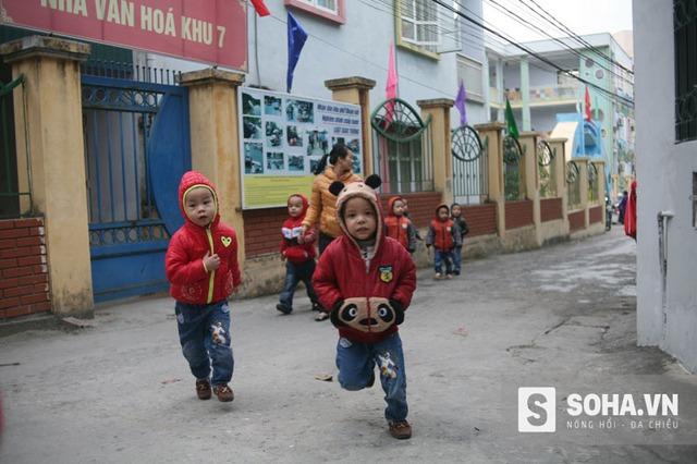 Các cháu bé trên đường đi học về Trung tâm