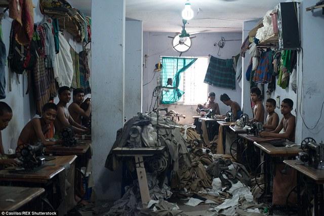 Những đứa trẻ ở Bangladesh phải làm việc từ sáng tới tối trong các công xưởng chật hẹp, thiếu an toàn lao động.