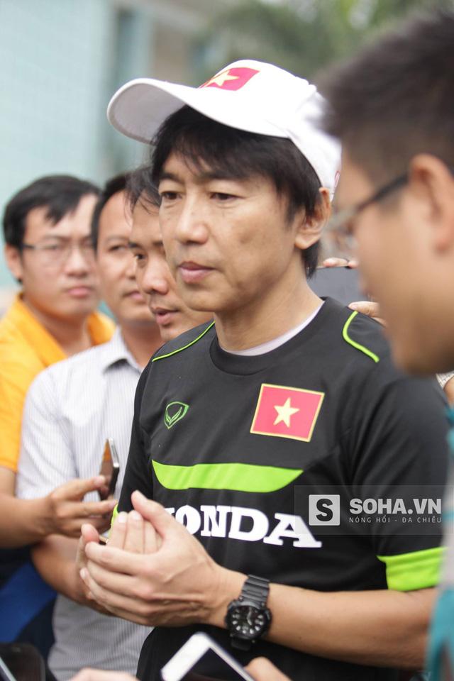 HLV Miura trả lời phỏng vấn sau buổi tập sáng 2/12 của U23 Việt Nam.