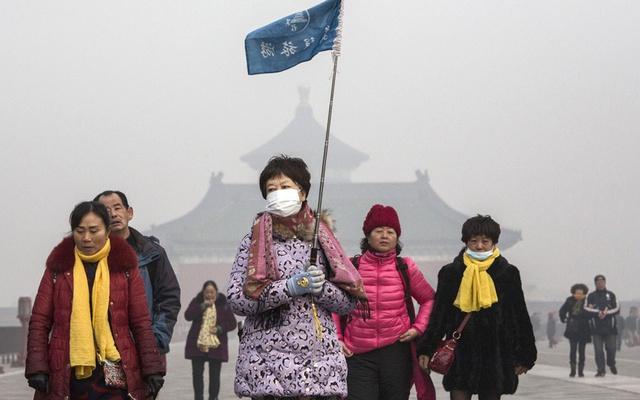 Bắc Kinh yêu cầu hàng trăm nhà máy ngừng hoạt động và trẻ con không phải đến trường vì chỉ số ô nhiễm không khí đã vượt qua mức cho phép. Hướng dẫn viên này vẫn phải đeo khẩu trang khi dẫn khách đi tham quan trong một ngày ô nhiễm nặng ở Bắc Kinh