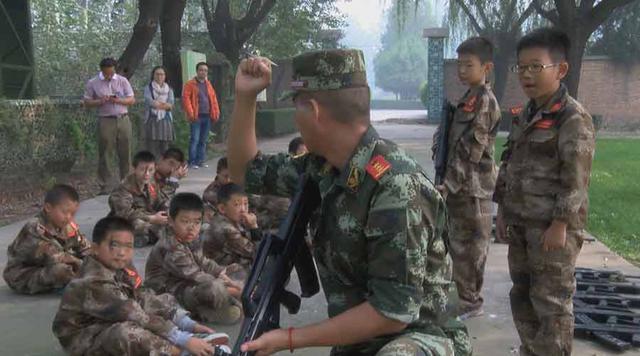 Các khóa huấn luyện quân sự ngắn hạn được tổ chức trong những kỳ nghỉ tại Trung Quốc. Thách thức đối với những đứa trẻ từ 6-13 tuổi nghiện game là phải sống mà không có máy tính, điện thoại thông minh trong khoảng thời gian 5 ngày.