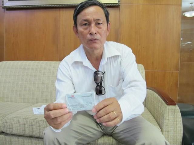 Ông Cù Đình Thắng nói thời điểm bị rút trộm tiền ông đang giữ thẻ trong người. Ông cũng chưa từng tiết lộ mật mã cho ai. Ảnh: A.H.