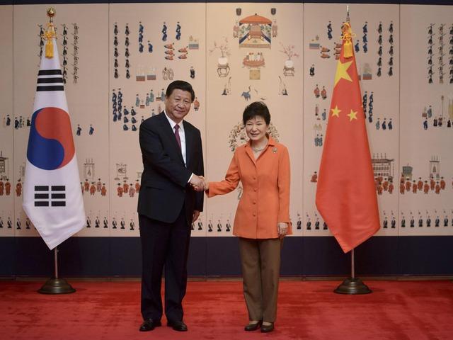 Tổng thống Hàn Quốc Park Geun Hye (phải) và Chủ tịch Trung Quốc Tập Cận Bình.