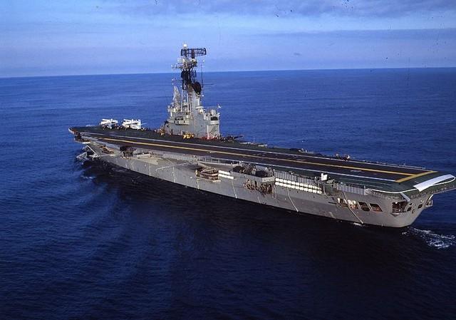 Tàu sân bay Veinticinco de Mayo đã trở thành gánh nặng của Hải quân Argentina trong cuộc chiến với Anh.