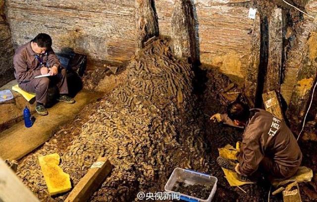 Trung Quốc vừa phát hiện gần 2 triệu đồng tiền cổ từ thời Hán ở khu vực lăng mộ Haihunhon, có niên đại hơn 2.000 năm ở tỉnh Giang Tây. (Nguồn: CCTVNews)