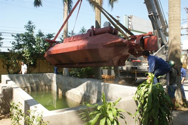 Ngày 24/9, ông Hòa đã tiến hành đưa tàu ngầm vào bể thử nghiệm nước sâu 4m.