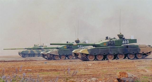 """Dù được Trung Quốc tung hô là vua chiến trường châu Á nhưng theo Tạp chí quốc phòng Business Insider (Mỹ) hồi năm 2014, Type 99 chỉ là đứa con lai tạo, không có đặc thù và đầy những khuyết điểm.  Với nhiều trang bị """"lỉnh kỉnh"""" tổng khối lượng của Type 99 lên tới 60 tấn, trọng lượng quá nặng với loại xe tăng hiện đại."""