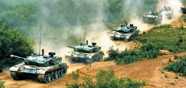"""Hiện nay Type 99 vẫn không thoát khỏi quy luật chiến đấu của xe tăng thế hệ cũ là chạy - dừng - bắn trong khi T-90 (của Nga) có khả năng tiêu diệt đối thủ ngay cả khi đang chạy tốc độ cao hay đang """"bay"""" trên không trung.  Đặc biệt, Type 99 không được trang bị hệ thống phòng thủ chủ động để có thể phá hủy đầu đạn đối phương đang bay tới như hệ thống Arena của Nga hay Trophy của Israel."""