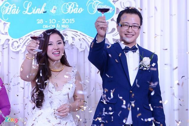 Vị hôn phu của nữ ca sĩ Chỉ còn những mùa nhớ tên là Nguyễn Duy Hải Linh, hiện đang làm việc trong một công ty thiết kế nội thất. Gương mặt đạo mạo, nam tính và vóc dáng cao ráo của anh khiến các fan hâm mộ của Bảo Trâm trầm trồ và không quên gửi lời chúc mừng đến với thần tượng của mình.