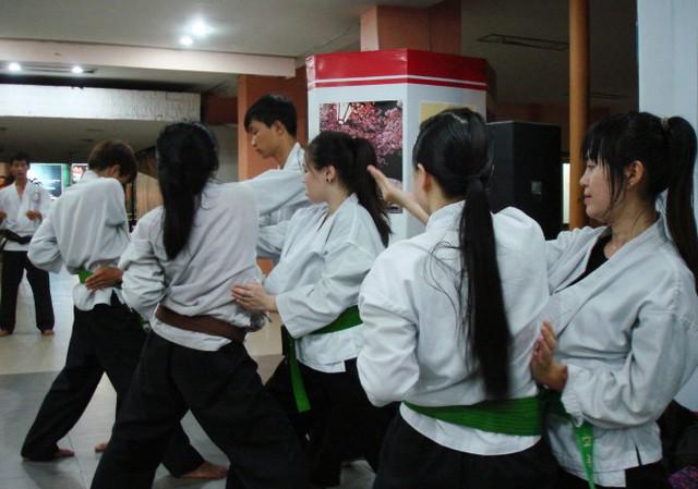 Hiện tại có nhiều lớp dạy về kỹ năng tự vệ khi bị cướp, kỹ năng hóa giải khi bị siết cổ,... tại các trung tâm văn hóa, võ thuật - Ảnh: Các võ sinh nữ lớp võ Karate-do Shorin Ryu Nhà văn hóa Thanh Niên TP.HCMtập đòn tự vệ - Ảnh: M.C