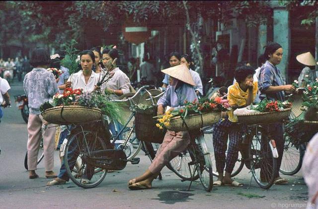 Hình ảnh những chiếc xe đạp chở bán hoa tươi vẫn là một hình ảnh lãng mạn trên phố thị tồn tại đến ngày nay