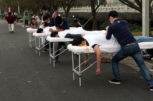 Trả lời phóng vấn tờ China Foto Press, đại diện của cửa hàng trên cho biết, họ muốn đem tới cho khách hàng trải nghiệm massage mới mẻ. (Nguồn: CCTV)     Bên cạnh đó, thông qua ý tưởng đặc biệt trên, họ cũng muốn quảng bá tên tuổi cửa hàng. (Nguồn: CCTV)      Các khách hàng tỏ ra thích thú với dịch vụ trên. (Nguồn: CCTV)      Các khách hàng tỏ ra thích thú với dịch vụ trên. (Nguồn: CCTV)