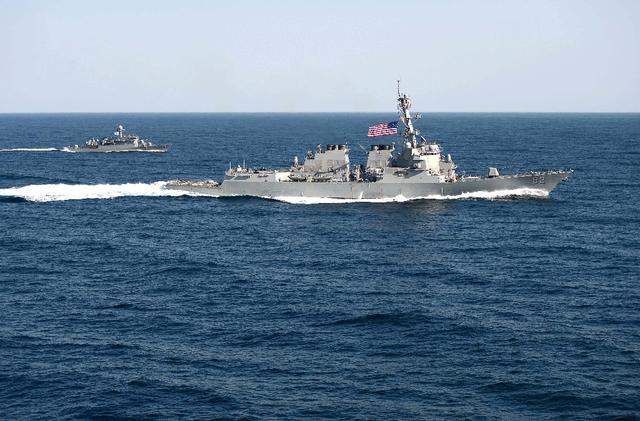 Nguồn tin hải quân Mỹ cho biết một tàu buôn Trung Quốc đã vượt qua mũi và sau đó di chuyển vòng quanh khu trục hạm USS Lassen khi tàu này tuần tra ở Trường Sa hôm 27/10.  Trong ảnh: Tàu khu trục USS Lassen của Mỹ.