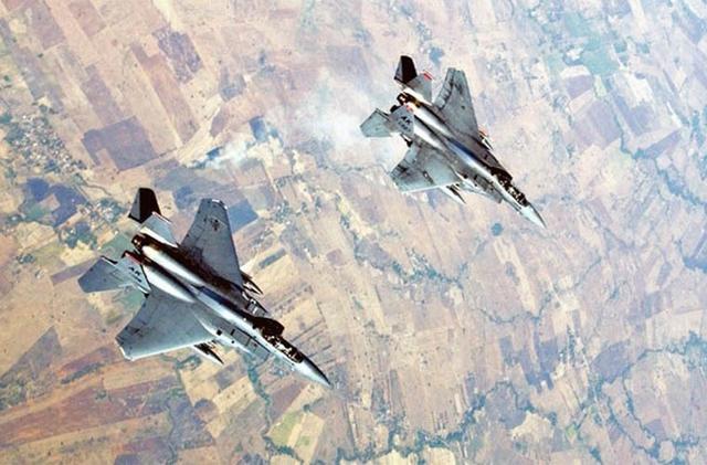 F-15 có chất tải cánh (tỷ lệ trọng lượng trên diện tích cánh nhỏ) nhỏ và tỷ lệ lực đẩy trên trọng lượng lớn cho phép nó quay vòng hẹp mà không mất tốc độ.  Ngoài ra, F-15 được trang bị một hệ thống điện tử đa năng gồm radar điều khiển hỏa lực tầm xa, màn hình HUD, hệ thống dẫn đường, hệ thống chế áp điện tử. Trong ảnh: Tiêm kích F-15.