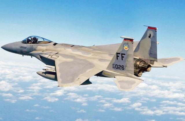 Tuy nhiên, chuyên gia của tạp chí Defense One an ủi rằng, sở dĩ có những điểm thua kém trên là do F-15 được sản xuất trong giai đoạn 1979 - 1985, trong khi đó Su-30MKM của Malaysia là dòng chiến đấu cơ thế hệ mới, vì vậy việc F-15 thua trước Su-30MKM trong cuộc đấu tay đôi là điều hoàn toàn dễ hiểu. Trong ảnh: Tiêm kích F-15.