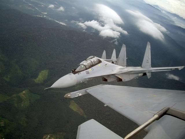 Để có được chiến thắng thuyết phục của Su-30MKM trước F-15, chiến đấu cơ do Sukhoi sản xuất sở hữu những khả năng vượt trội với máy bay F-15 của Mỹ, theo phân tích của Tạp chí công nghệ quốc phòng Defense One (Mỹ). Trong ảnh: Tiêm kích Su-30MKM.