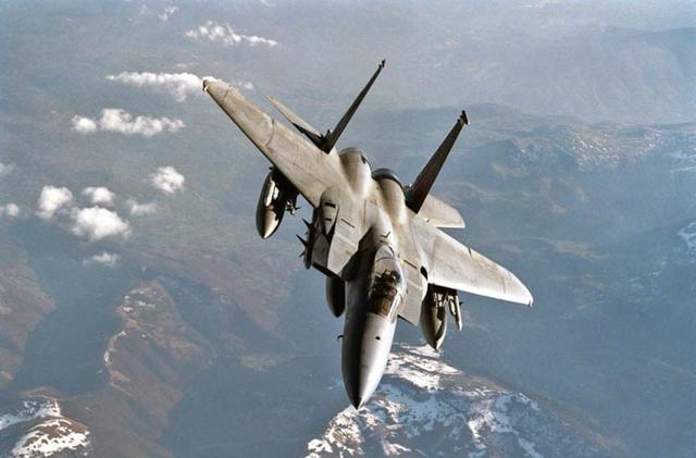 Sự kết hợp cánh mũi cùng động cơ phụt chỉnh hướng giúp Su-30MKM trở nên vượt trội về tính cơ động, linh hoạt trong các cuộc không chiến.  Su-30MKM có khả năng đạt tốc độ tối đa tới 2.120km/h (trong phân khúc này, F-15 tỏ ra nhỉnh hơn khi đạt tốc độ tối đa 2.655 km/h) ở trần bay cao, tầm bay xa đến 3.000km, thời gian hoạt động liên tục trên không 3,75 giờ (hoặc 10 giờ nếu được tiếp nhiên liệu trên không). Trong ảnh: Tiêm kích F-15.
