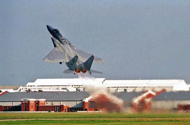 Bên cạnh đó, Su-30MKM còn trang bị động cơ tuốc bin phản lực AL-31FP có khả năng phụt chỉnh hướng.  Nghĩa là vòi phun của động cơ có khả năng di chuyển lên xuống trong mặt phẳng ±15 độ, điều hoàn toàn không có trên tiêm kích F-15. Trong ảnh: Tiêm kích F-15.