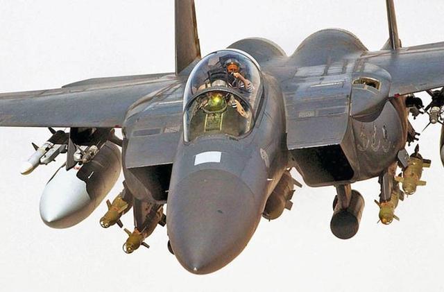 """Về hệ thống hỏa lực, Su-30MKM có tải trọng lên tới 8 tấn, trong khi F-15 khiêm tốn hơn khi chỉ mang được 7,3 tấn.  Đặc biệt, Su-30MKM có khả năng mang được thêm """"hàng khủng"""" trong tác chiến không đối không, tên lửa không đối không tầm siêu xa Novator KS-172 AAM-L đạt tầm bắn xa tới 300-400km, dùng đầu tự dẫn radar chủ động pha cuối. Trong ảnh: Tiêm kích F-15."""