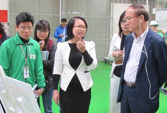 Tổng giám đốc Tổ hợp Samsung - ông Han Myong-sup (phải) làm việc tạp công ty nhựa An Phú Việt- Ảnh: C.V.Kình