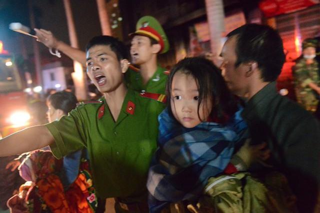 Lực lượng công an giải cứu người dân trong vụ hỏa hoạn tối 11/10 tại tòa nhà CT4 của chung cư Xa La, Hà Đông, Hà Nội. Ảnh: AnhTuấn/Zing.vn.