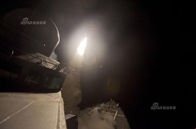 Tàu tuần dương tên lửa USS Philippines Sea (CG-58) phóng tên lửa hành trình Tomahawk.