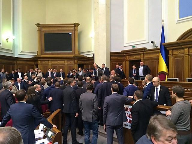 Xung đột xảy ra tại Quốc hội Ukraine khi một nghị sĩ đã có hành động kéo Thủ tướng Arseny Yatsenyuk khỏi bục phát biểu.