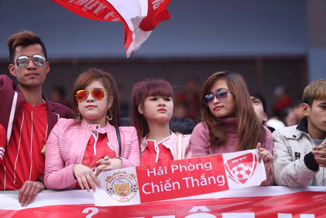 Các nữ cổ động viên đến cổ vũ đội nhà. (Ảnh: Minh Chiến/Vietnam+)