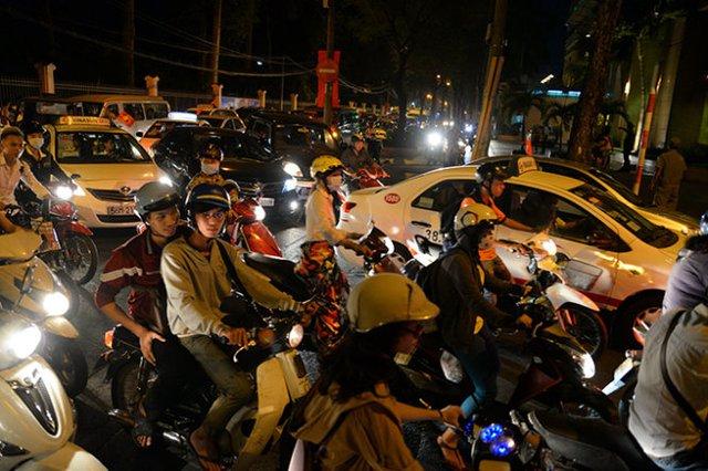 Xe cộ hỗn loạn tại giao lộ Nguyễn Thị Minh Khai - Lê Quý Đôn, quận 3 - Ảnh: Hữu Khoa