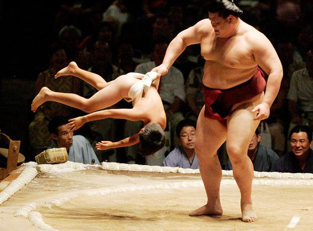 Các võ sĩ Sumo đủ sức nhấc bổng một người bình thường