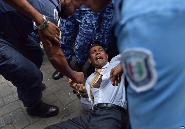 Cảnh sát cố gắng di chuyển cựu Tổng thống Maldives Mohamed Nasheed trong một vụ ẩu đả khi ông đến tòa án ở Male. Ông Nasheed đã bị bắt giữ sau khi bị buộc tội theo luật chống khủng bố.