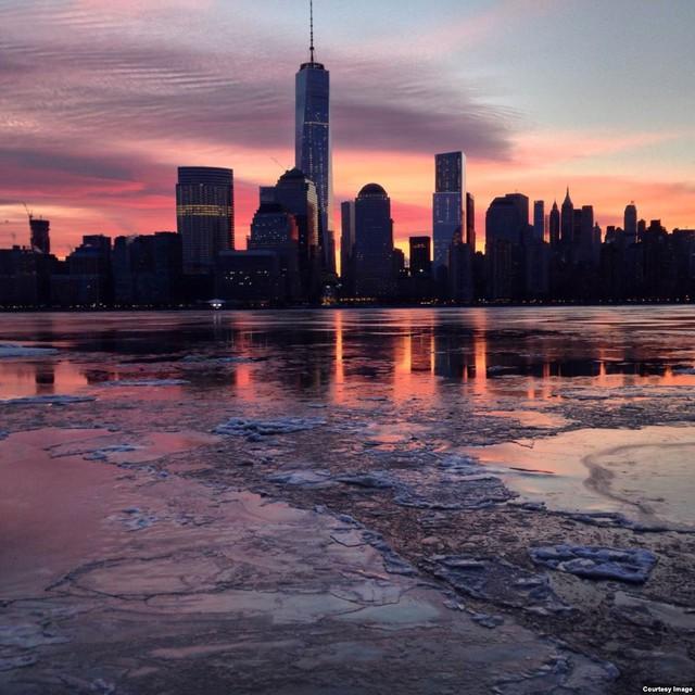 Các tòa nhà cao tầng in bóng xuống mặt nước đóng băng trên sông Hudson ở New York, Mỹ.
