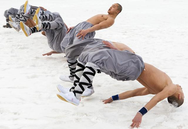 Các võ tăng trình diễn võ thuật tại ngôi chùa Vạn Thọ ở thành phố Trường Xuân, tỉnh Cát Lâm, Trung Quốc.