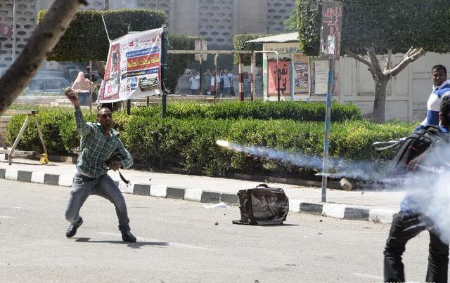 Sinh viên của trường đại học Cairo đụng độ với cảnh sát chống bạo động ở thành phố Cairo, Ai Cập.