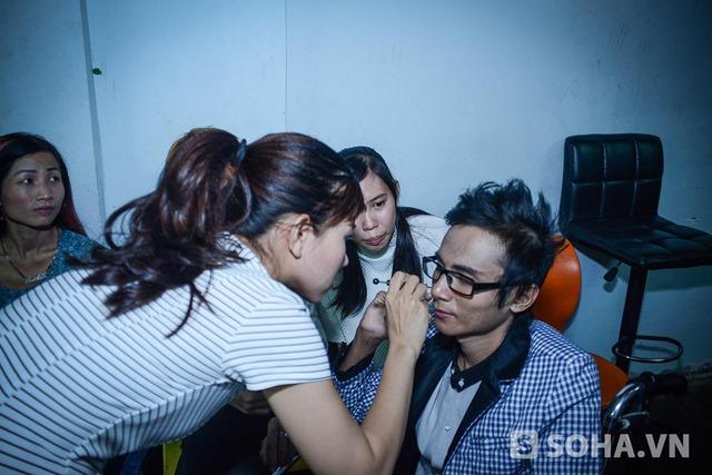 21h45 tối, Thái Lan Viên được một người bạn chỉnh chu lại ngoại hình trước khi lên sân khấu gặp gỡ khán giả.