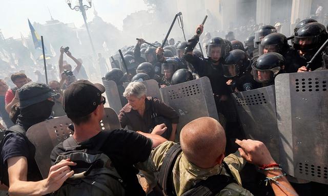 Người biểu tình chống chính phủ đụng độ với cảnh sát bên ngoài tòa nhà quốc hội ở Kiev, Ukraine.