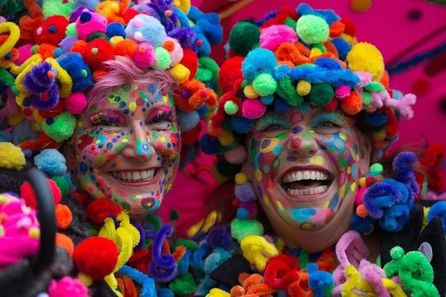 Người dân vui chơi ăn mừng sự khởi đầu của mùa lễ hội mới ở Cologne, Đức.