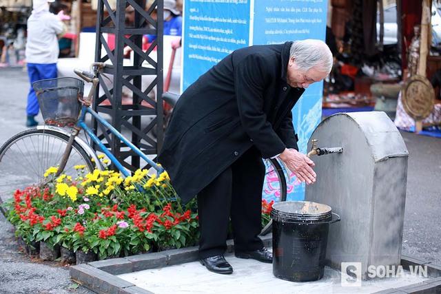 Hệ thống máy nước công cộng gắn liền với các khu phố ngày xưa, cảnh người dân xếp hàng lấy nước mỗi sáng chắc hẳn chưa ai quên được.